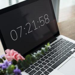 Laptop met digitaal tijdstip Flex Online Marketing